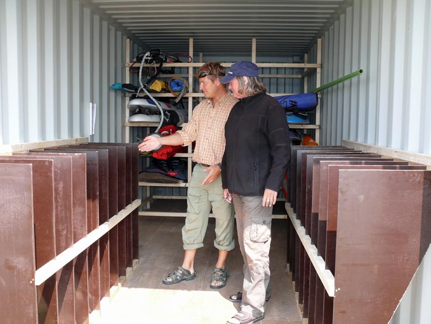 2008 Patrik och Brigitte diskuterar inredning i nya containern - 2008
